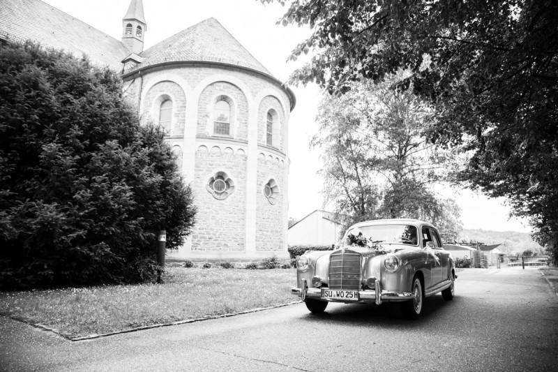 05_hochzeitsfotos_kirche_hochzeitsauto